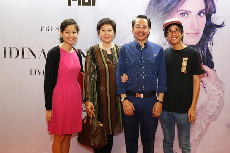 World-class glass sculptor and PLDT HOME Fibr ambassador Ramon Orlina with family