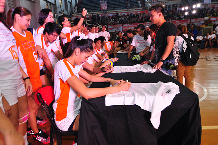 PLDT HOME Ultera existing and new subscribers and families were treated to a meet-and-greet with the Philippine volleyball superstars before the program.