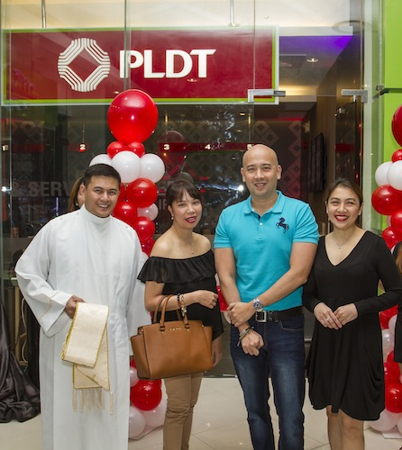 From left to right, Fr. Eugene Echanova—presiding priest, Louella Aquino—Head of Home Cust Care Bus Dev Strategy and Performance Management, Paolo Lopez—VP of Home SSC and Retention Management, and Anna Fernando—Head of Home SSC Management prepare for the ribbon cutting ceremony