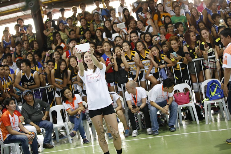 FEU Queen Tamaraw and Amihan sweetheart Rachel Anne Daquis spends time with the welcoming audience.